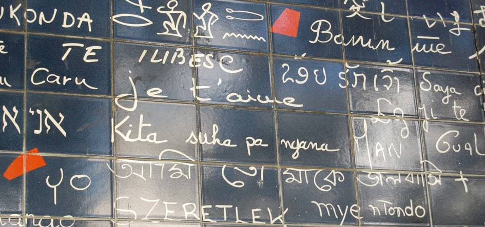 """Les mots d'amour du mur des """"je t'aime"""" de Frédéric Baron et Claire Kito dans le square des Abbesses à Montmartre."""