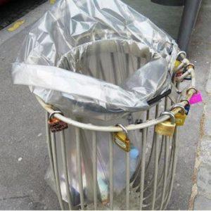 no love locks - des cadenas d'amour sur une poubelle